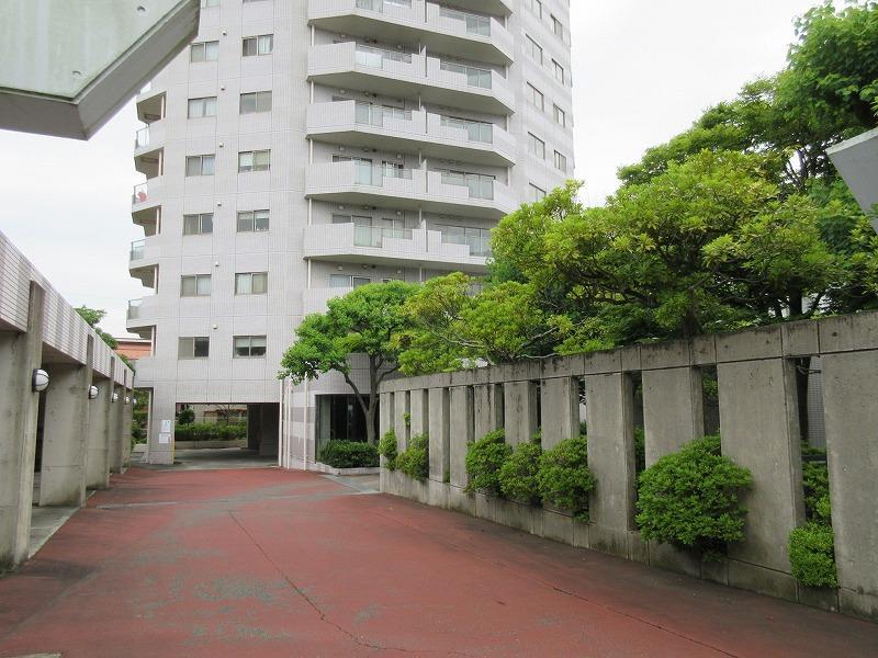 マンションの入口(小さな公園があります)