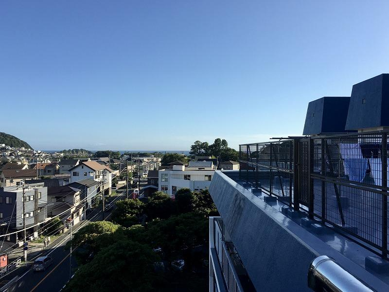 屋上から。海が見えています。