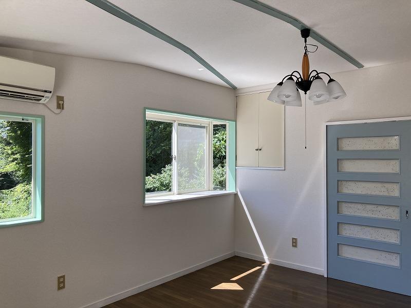 2階はまわりの緑も相まって、白とグリーンの爽やかな印象
