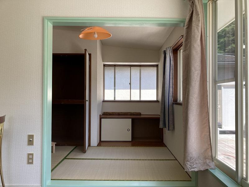 2階の洋室の隣にコンパクトな和室があります。
