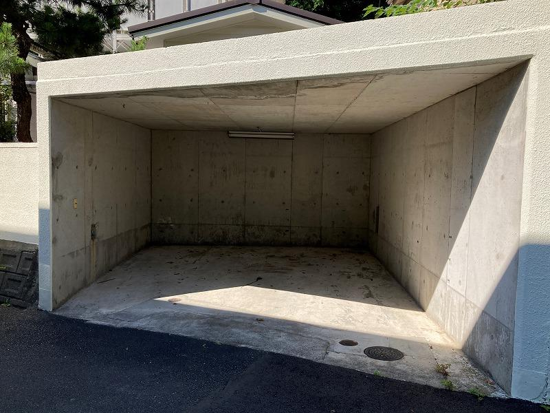 こちらの車庫はコンパクトならば2台停車可能