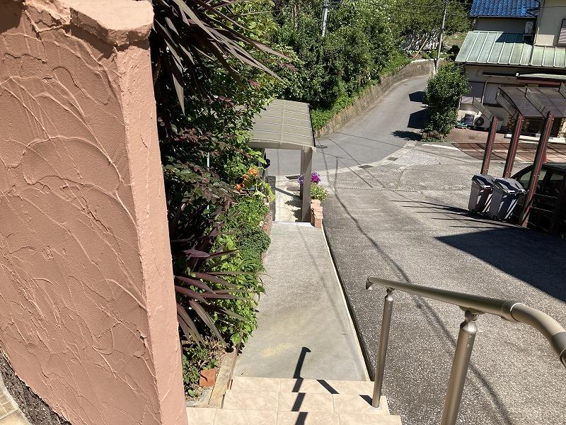 写真右側は隣地の為、コンパクトな幅の通路を登って玄関までたどり着きます。