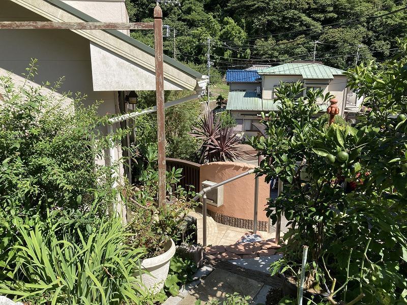 畑の出入口で、階段を下ると家の玄関です。