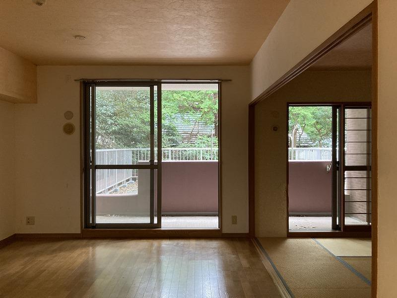 外に腰壁があり、テラスの空間とは、ゆったり仕切られいます。