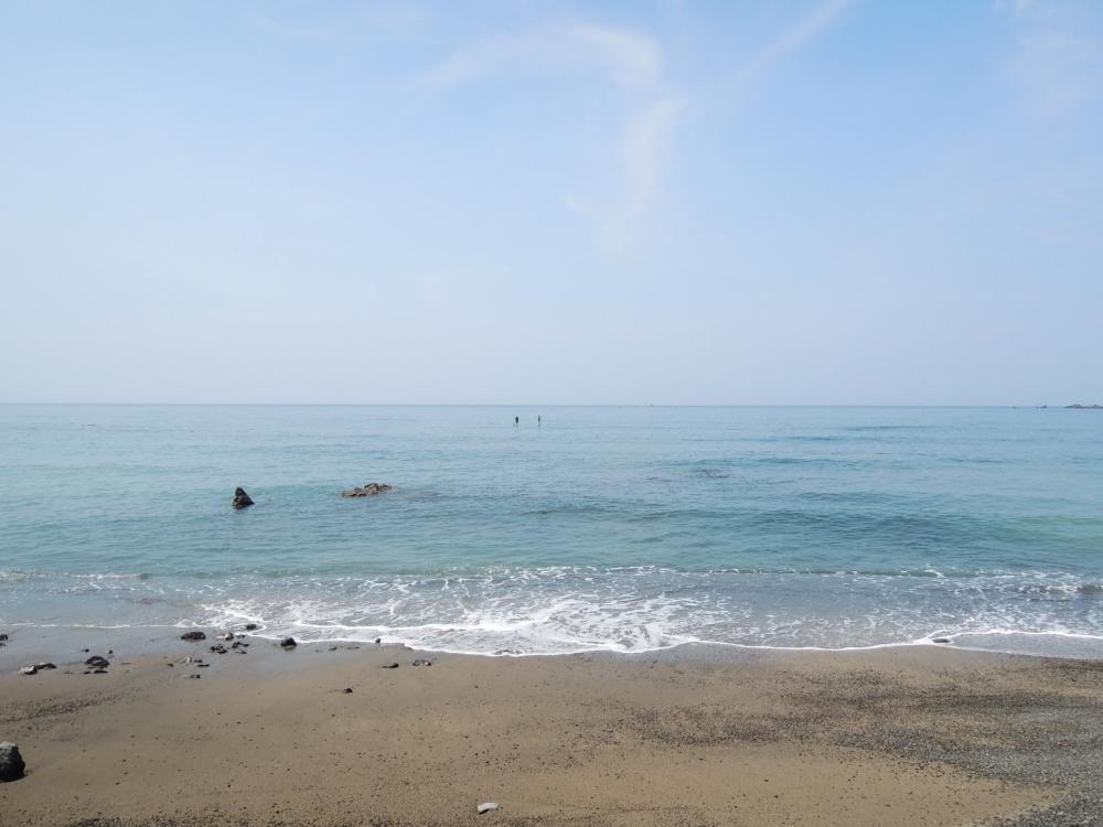 関根海岸 淡いブルーが広がる