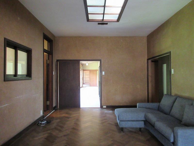 玄関ポーチの部分。床はヘリンボーンです
