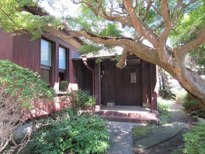 玄関前のアプローチの部分。紅葉の木があります