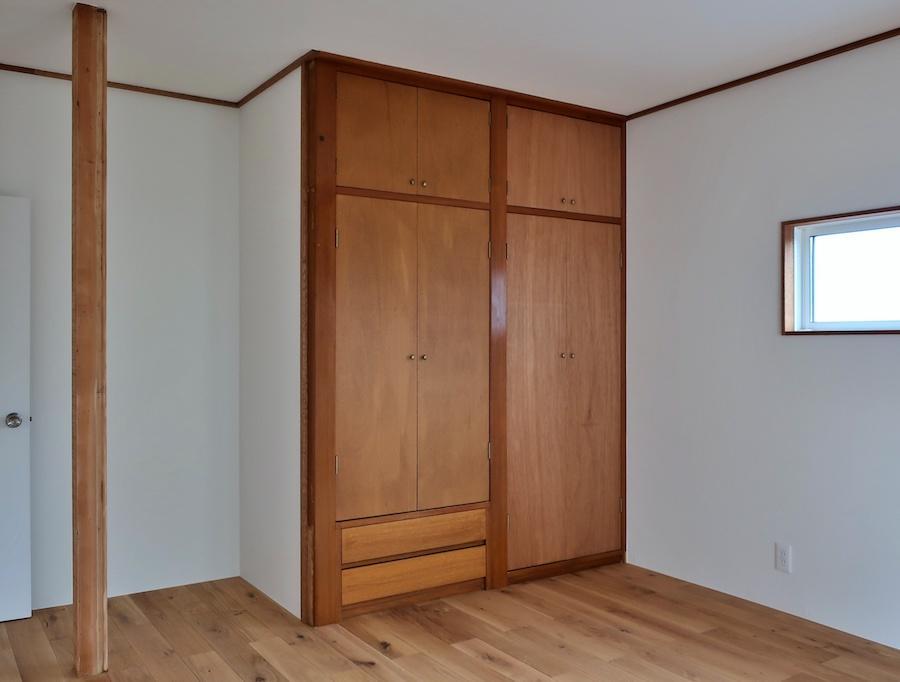 2階の居室はラワン材の色味に合わせた仕上げ
