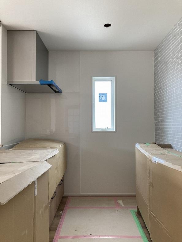 キッチンは養生されています。スッキリした内装。