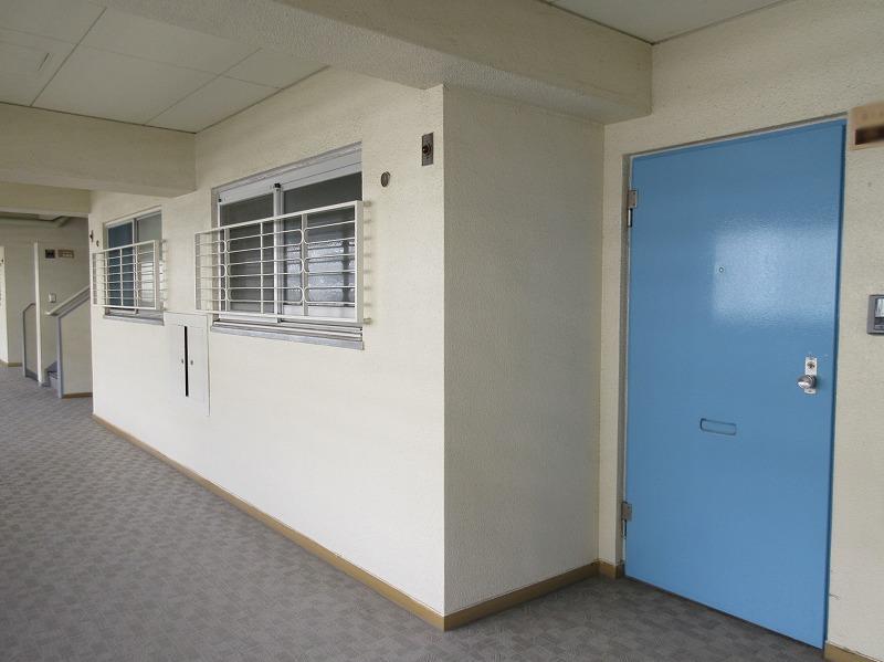 ブルーの扉の玄関がレトロ