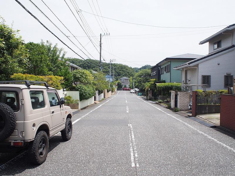 道路はとても広く、近隣の方の通行が主です。