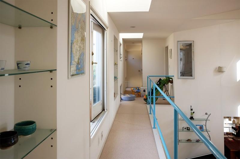 2階の渡り廊下。左側に小さなバルコニーがあります