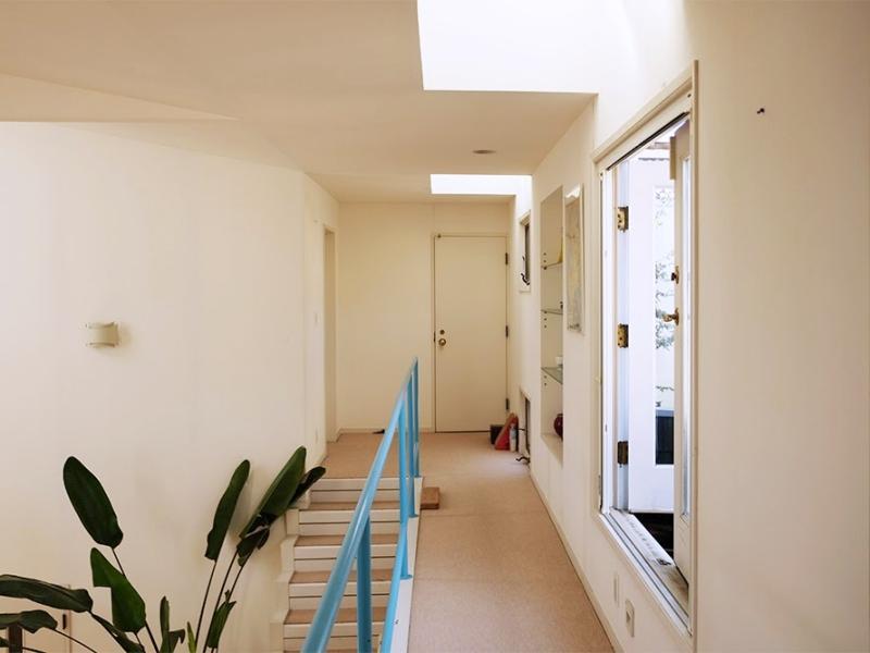 2階の渡り廊下。右側に小さなバルコニーがあります