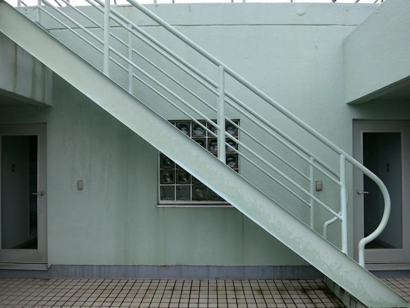 モダニズムを感じさせる階段手すり