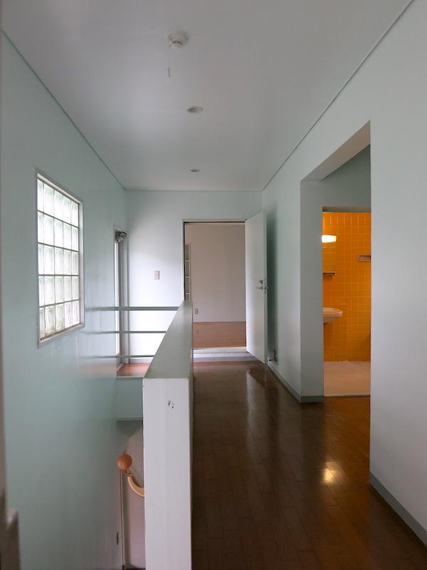 2F階段ホール|水まわりの色合いが絶妙なのです