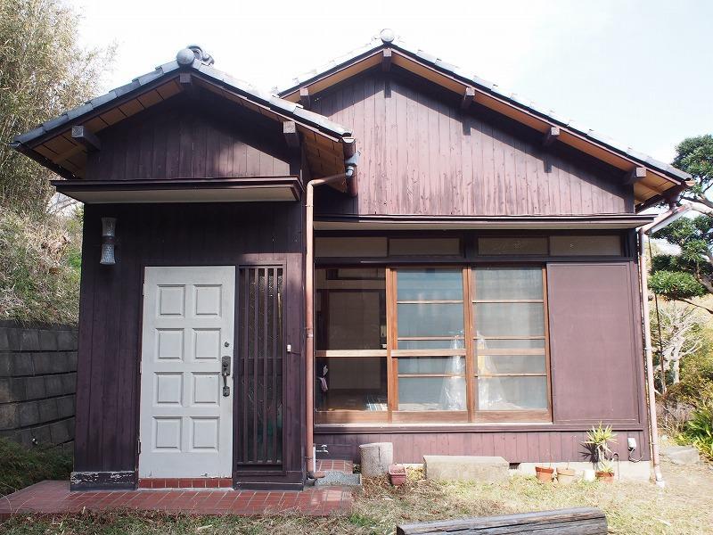 玄関は2個あります。写真は東側