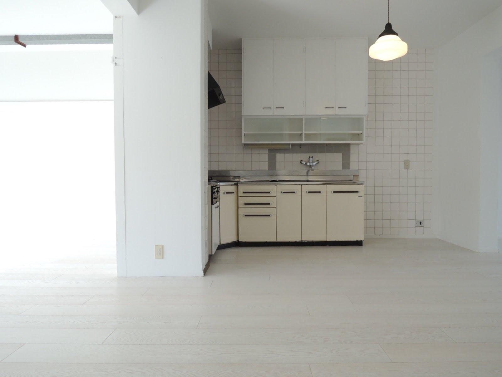 レトロなL字のキッチンのあるスペース