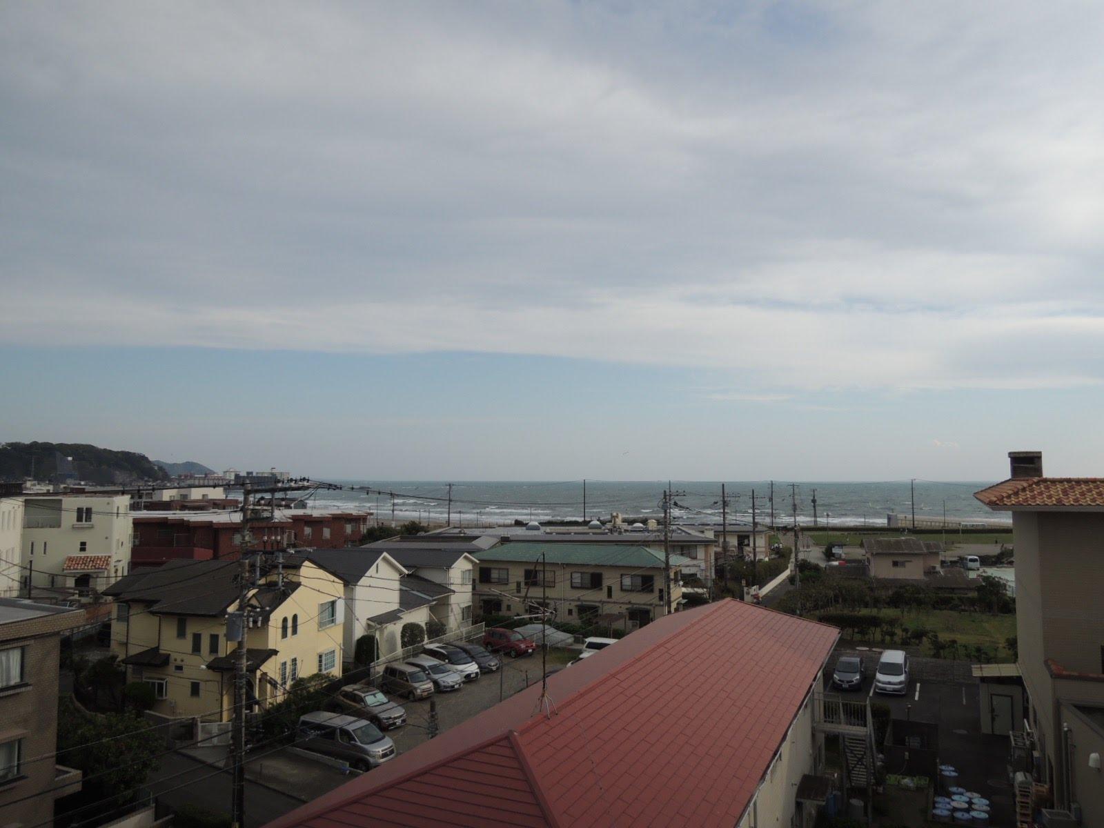 屋上から、由比ガ浜の海が見える