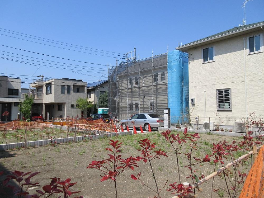 隣の家は建設中