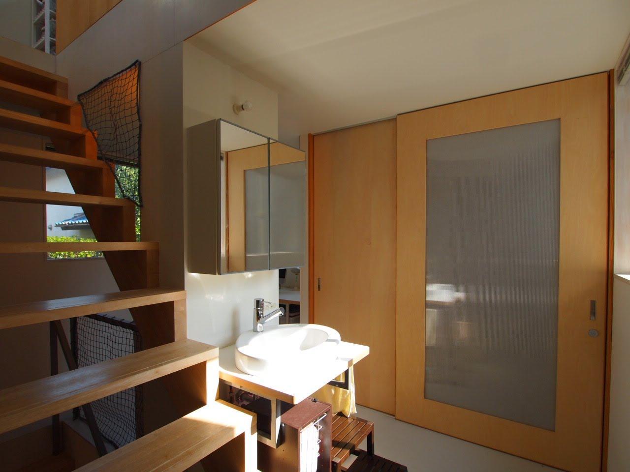 1階の洗面、奥の引戸はトイレ