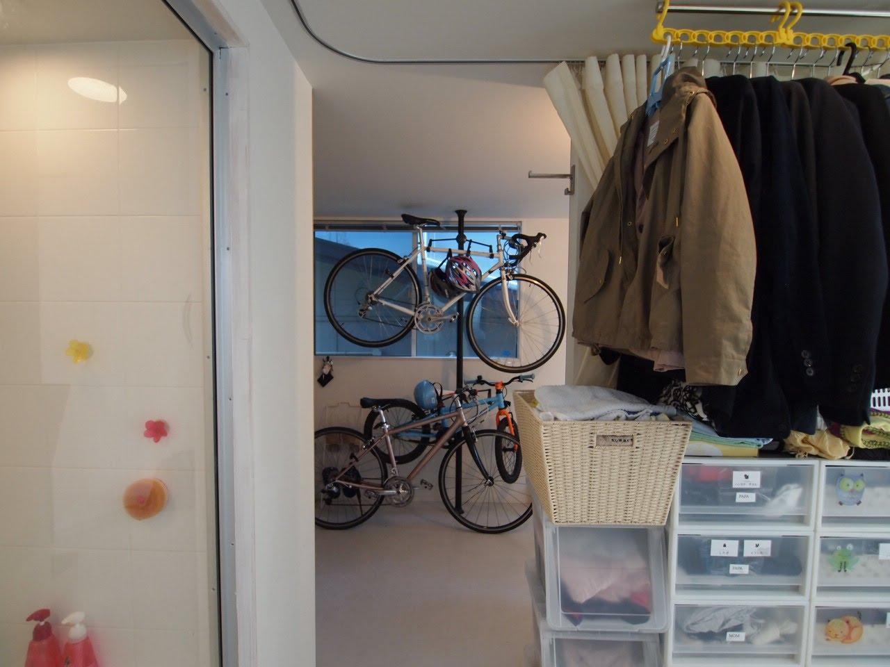 1階の浴室前、脱衣スペースはカーテンで仕切り、洋服もここに
