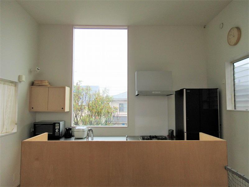 南側にキッチン。窓からの眺めも抜けている