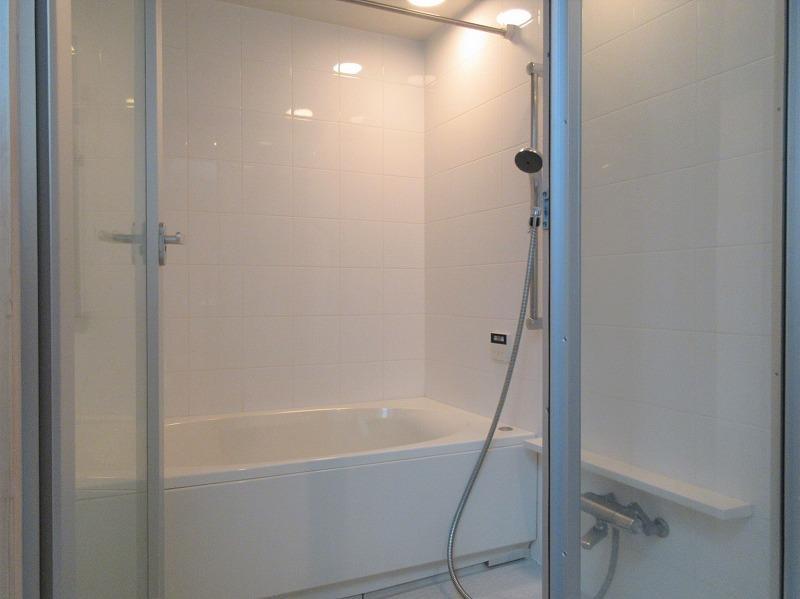 ガラス戸で明るい雰囲気の浴室