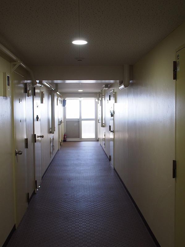 廊下は楽し気な感じはありません。