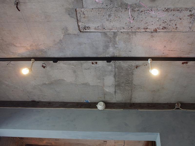 天井は打ちっ放し。新築なら大クレームでしょうか。タバコの箱が・・・。今は味になってます。