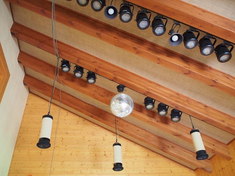 三浦流の自然素材住宅。この家にはミラーボールとスポットライト、スピーカーがあります。