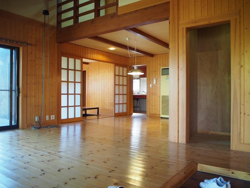 玄関も仕切りが無いつくりなので、中と外のつながりが良い意味で曖昧になってきます。