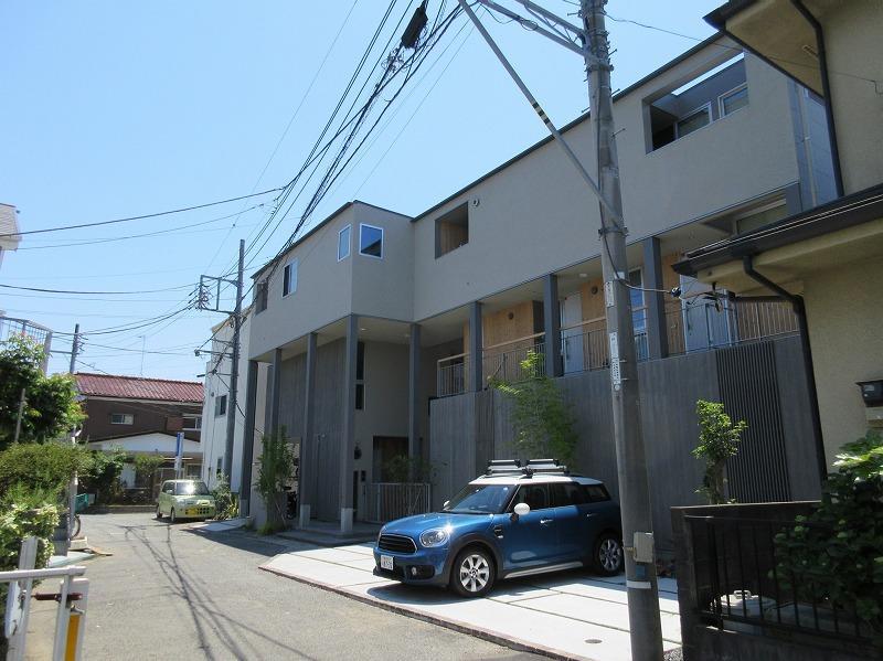 建物を別角度から。駐車場の空き状況は要確認