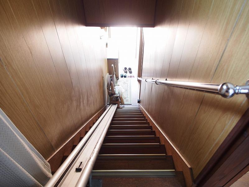 階段には、昇降機がありますのでご了承ください。