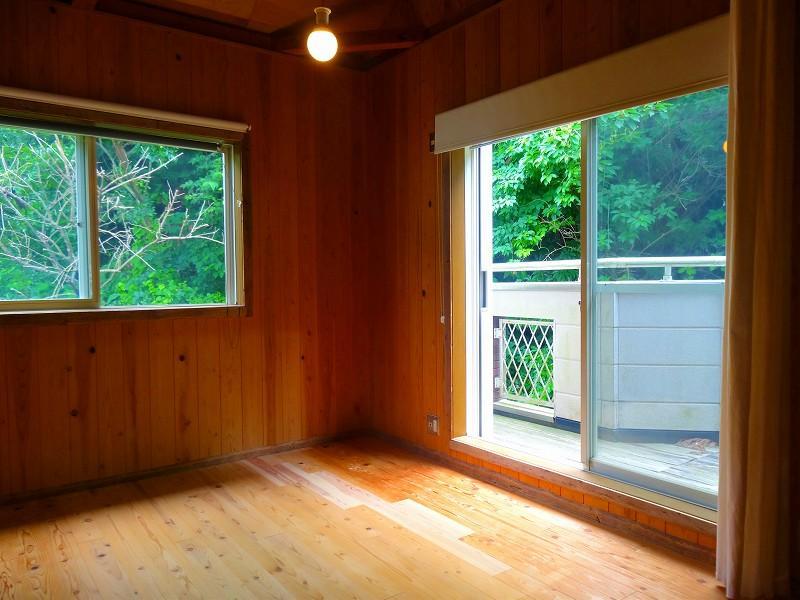 窓の外はほとんど緑。