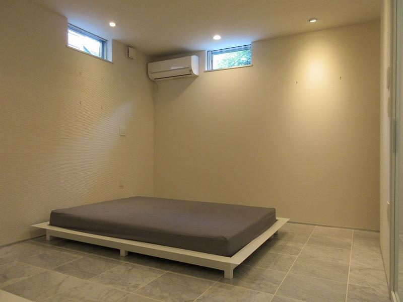 1階の無機質な空間にベッド