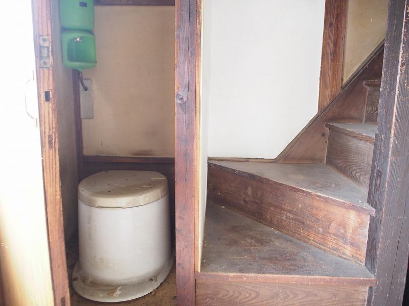 トイレも改修工事したいところですが、スペースがやや狭い。
