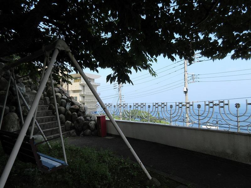 1階の庭にあるブランコからも海見え