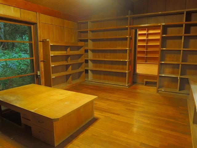 奥の部屋まで本棚。