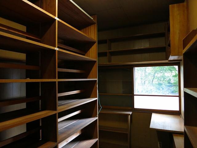 窓際は読書スペース