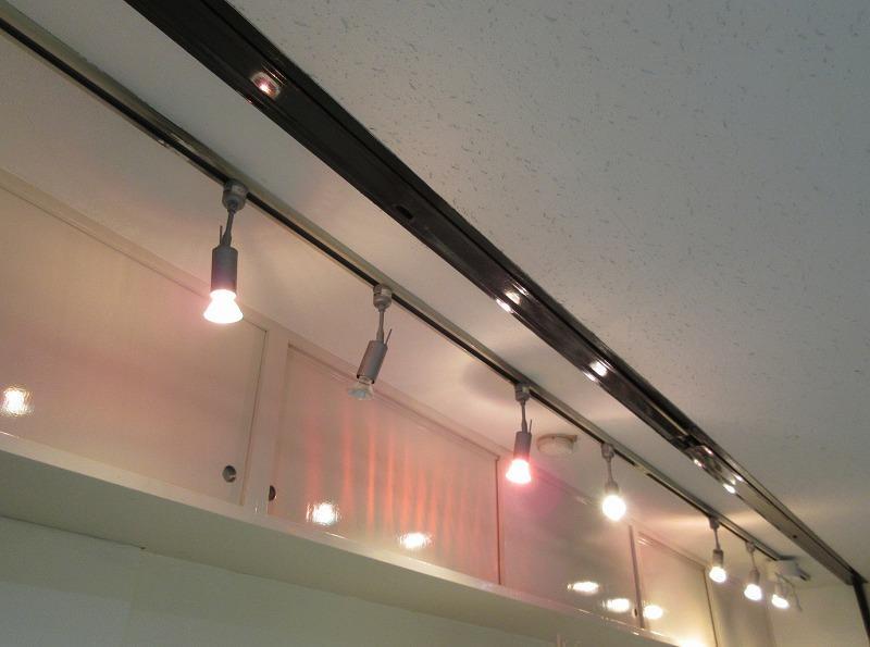 照明のレールと、吊り戸棚あり