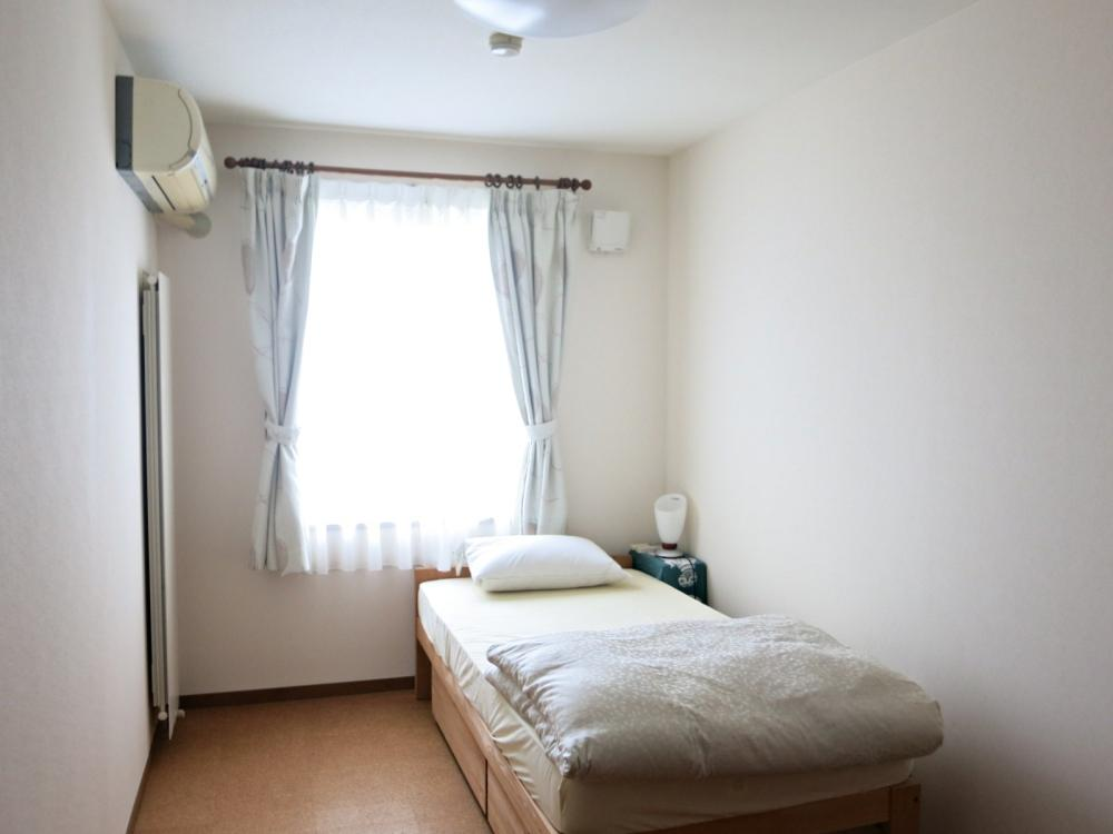 個室は全て白い壁とコルクの床