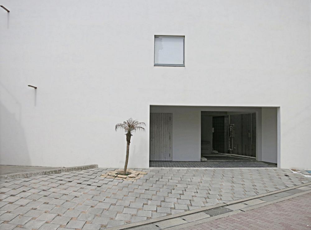 外観は開口が少ない白い壁。