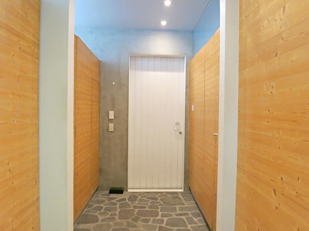 玄関。主な収納は1階に集約。