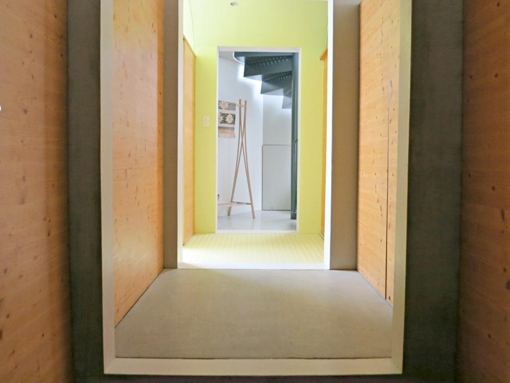 玄関。素材と色の使い分けが楽しい。