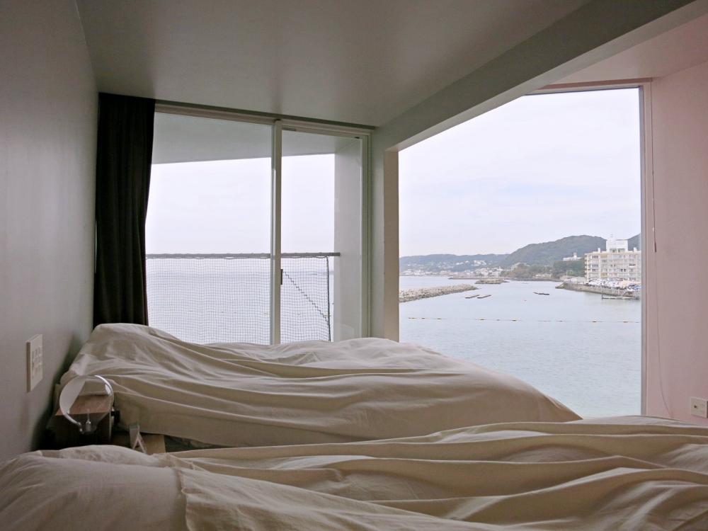 主寝室。ベッドサイドからテラスに出られます。