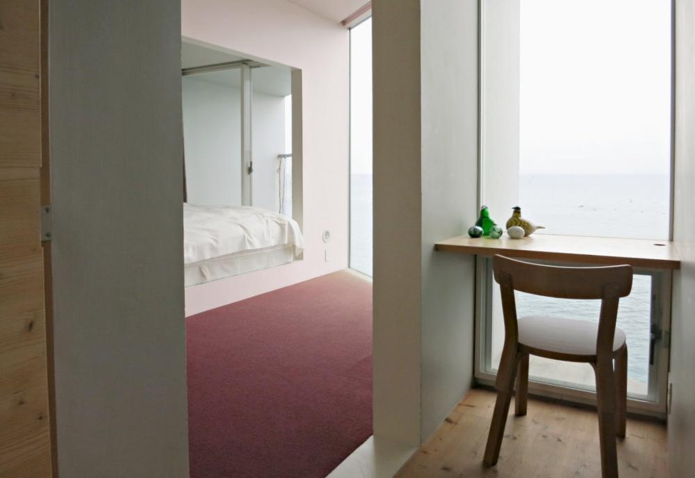 小さな書斎と主寝室。