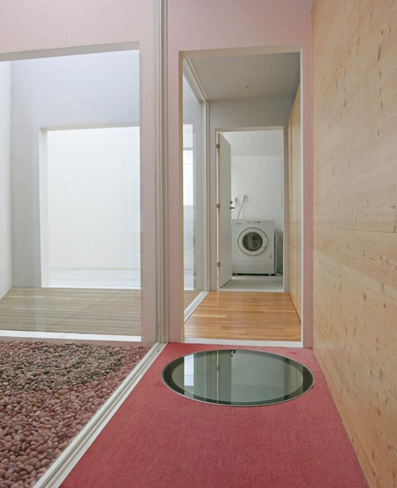 廊下の丸い窓を覗くとリビングが見えます。