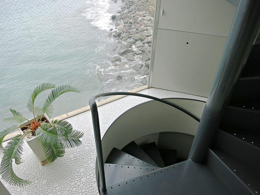 どの窓も足元から天井まで抜けていて船に乗っているみたいです。