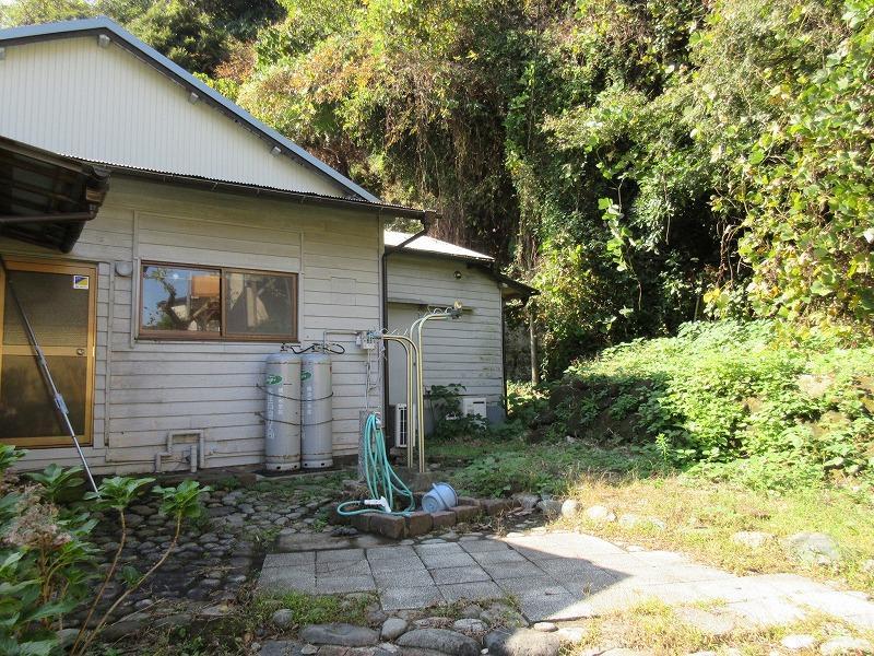 建物の裏の庭も賃貸部分で、洗濯機置場もこちら