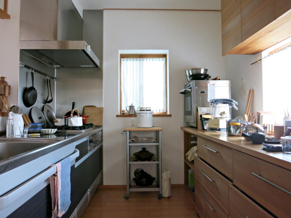 システムキッチン(左)と造作家具(右)を組み合わせたキッチン。
